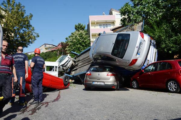 Beykoz'da Otomobil Taşıyan Nakliye TIR'ı Kaza Yaptı