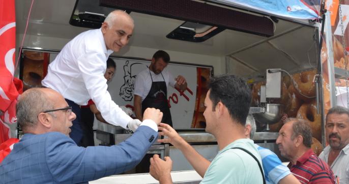 MHP'li Vekil Adayı Aydoğdu, Beykoz Meydan'da Lokma Dağıttı