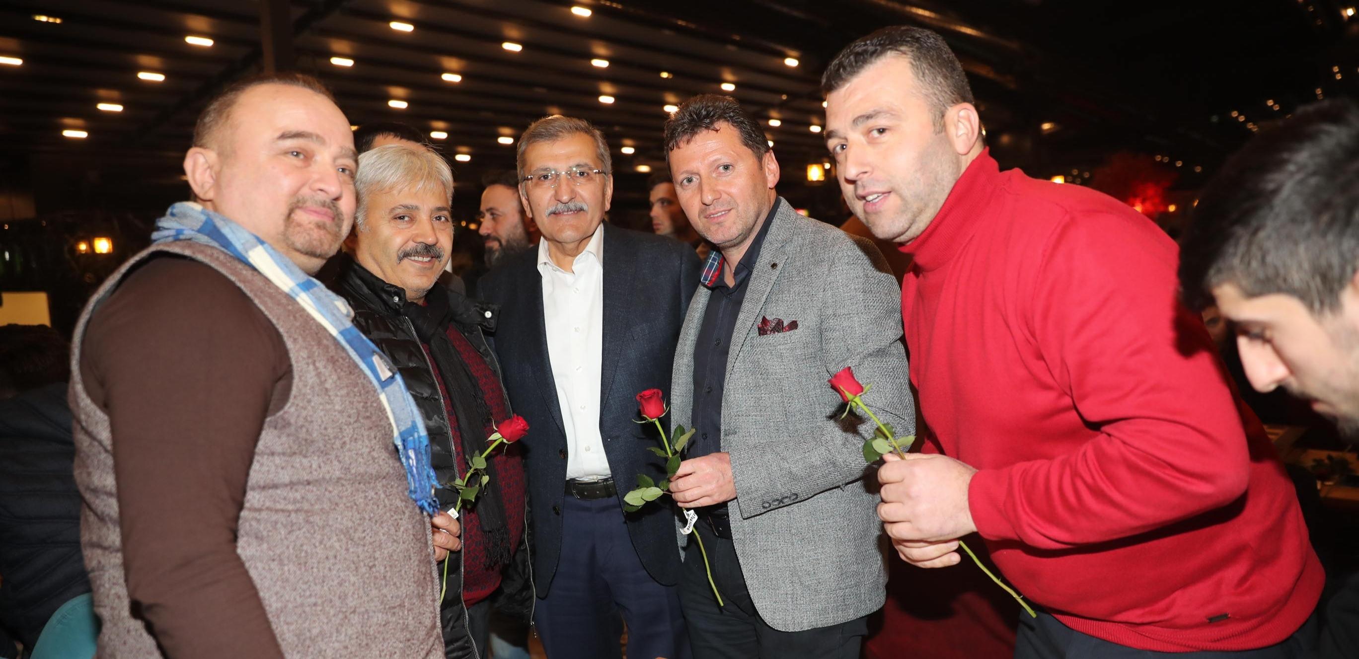 Murat Aydın, Gençlere Gül Dağıttı