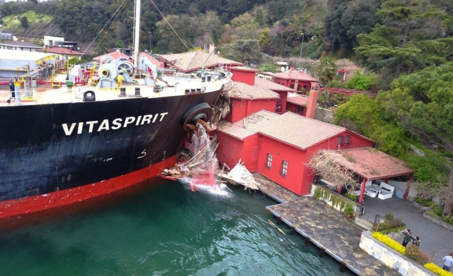 Yük Gemisi Beykoz'da Yalıya Çarptı!