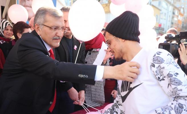 Murat Aydın 'Dünya Kanser Günü'nde Vatandaşlara Pembe Kurdele Taktı