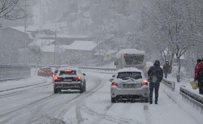 Beykoz'da kar yağışı sürücülere zor anlar yaşattı!