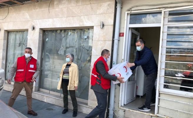 Beykoz Kızılay , kapı kapı dolaşıp ramazan kolilerini ihtiyaç sahiplerine ulaştırıyor