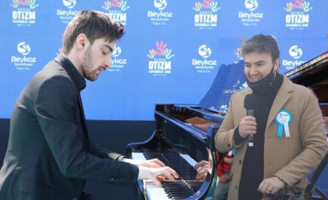 Otizmli piyanist Yusuf Yazar ile şarkıcı Mustafa Ceceli Beykoz'da sahne aldı