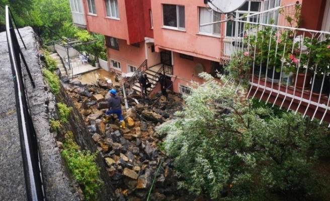 Beykoz'da istinat duvarı çöktü, 3 apartman tahliye edildi