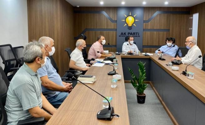 AK Parti İlçe Başkanı Hanefi Dilmaç, vatandaşların sorunlarını dinliyor