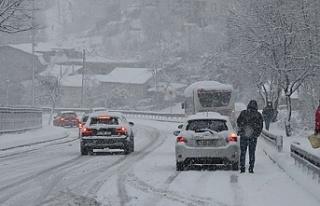 Beykoz'da kar yağışı sürücülere zor anlar...