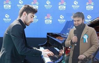 Otizmli piyanist Yusuf Yazar ile şarkıcı Mustafa...