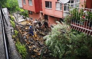 Beykoz'da istinat duvarı çöktü, 3 apartman tahliye...