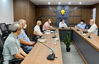 AK Parti İlçe Başkanı Hanefi Dilmaç, vatandaşların...