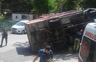 Beykoz'da freni patlayan kamyon devrildi