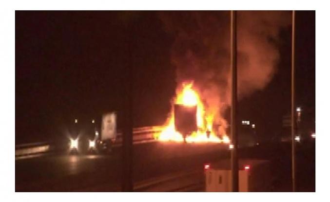Beykoz'da TIR alev alev yandı