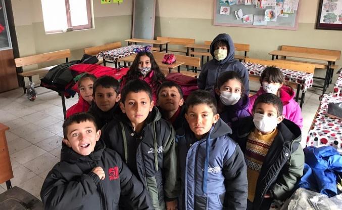 Acarkent Rotary'den Van'daki köy okuluna kıyafet desteği