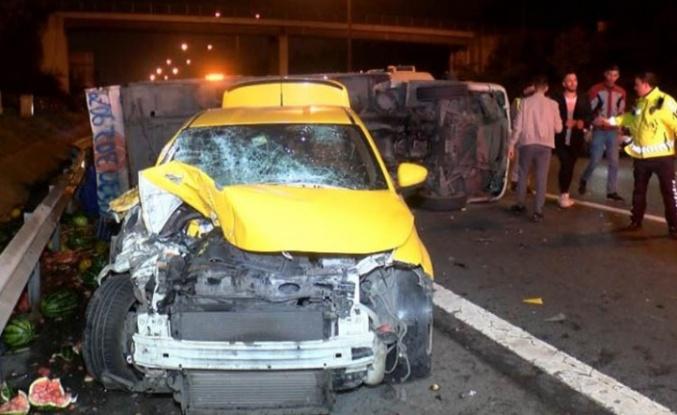 Kavacık'ta kamyonet taksiyle çarpıştı 4 yaralı